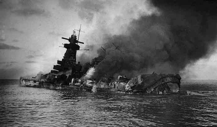Resultado de imagen para barcos militares hundiendose en el mar
