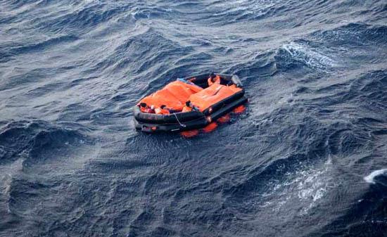 balsa-salvavidas-con-tripulantes